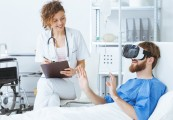 Paziente con visore di realtà virtuale
