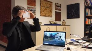Conferenza con feedback virtuale: i partecipanti indossano un visore VR