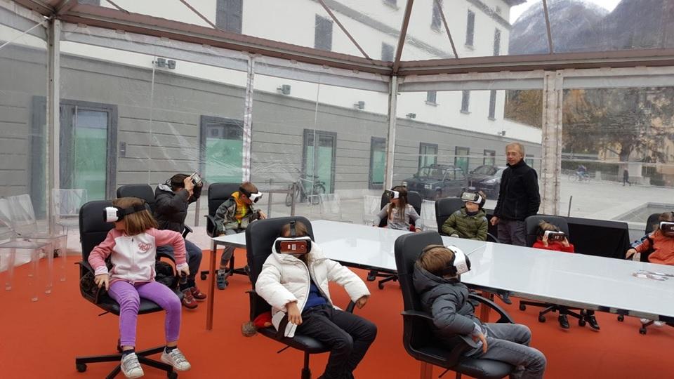 Alunni con visori di realtà virtuale